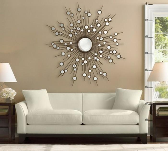 kreative-gestaltung-von-wohnzimmer-schönes-sofa-und-runder-spiegel-wie-sonne-aussehen