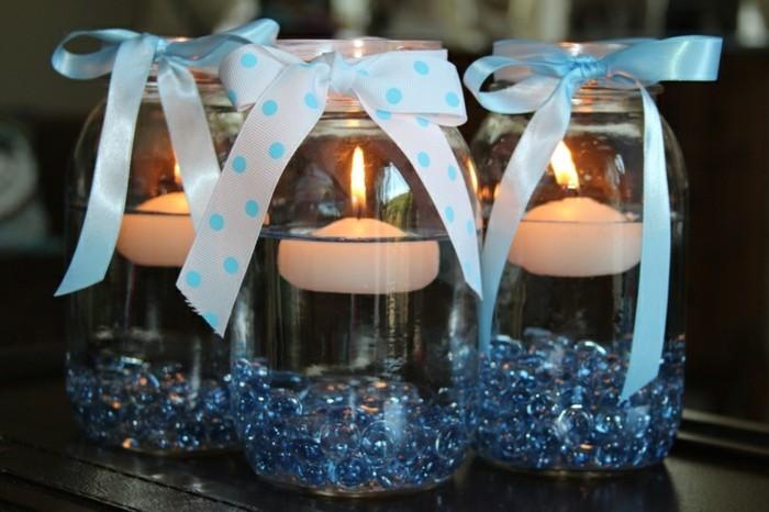 kreative-gläserne-becher-mit-schönen-schleifen-deko-für-taufe