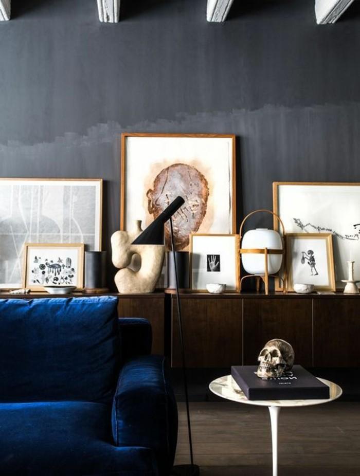 kreative-moderne-wandgestaltung-wohnzimmer-viele-bilder-und-artikel-an-der-dunklen-wand