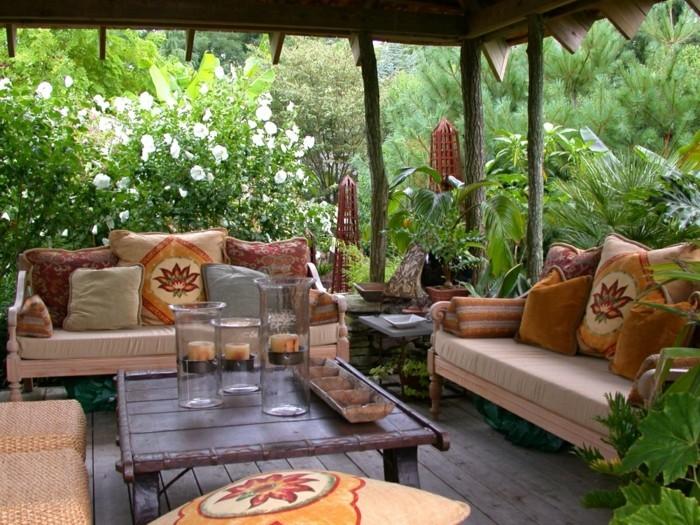 kreativen-vorgarten-anlegen-moderne-sofas-und-schöner-nesttisch