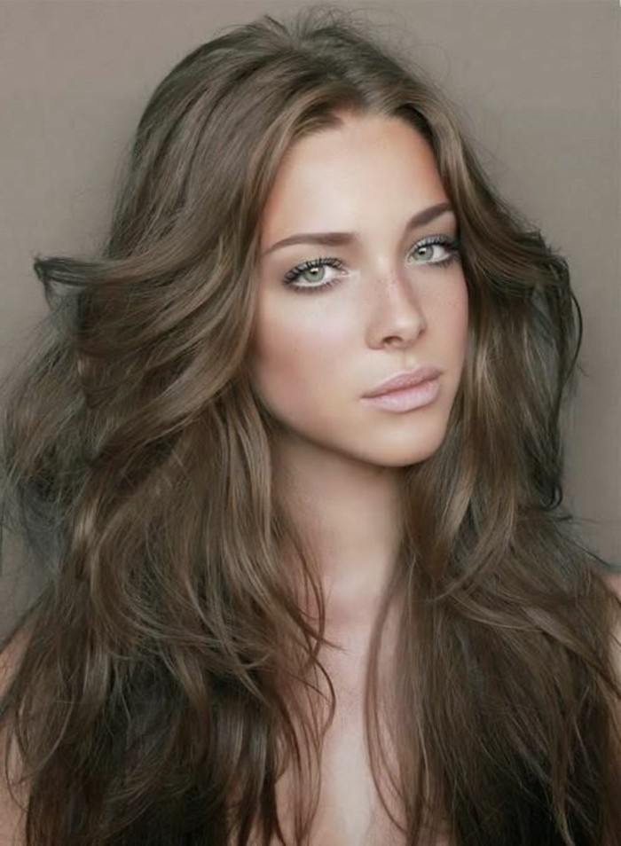 kreatives-aussehen-lange-haare-kühle-haarfarben-moderne-braune-nuancen