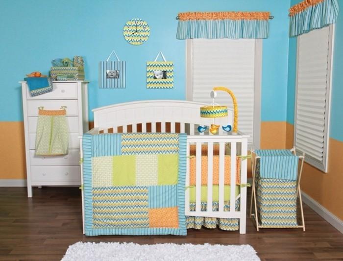 buntes modell babyzimmer mit einem weißen baby bettchen