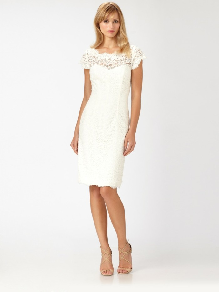 kreatives-design-weißes-kleid-mit-spitzen-schöne-blonde-haare