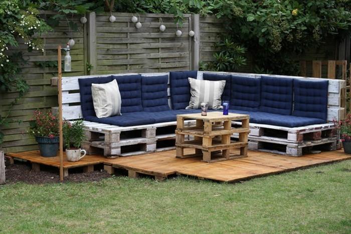 kreatives-modell-sofa-aus-europaletten-auf-dem-grünen-gras