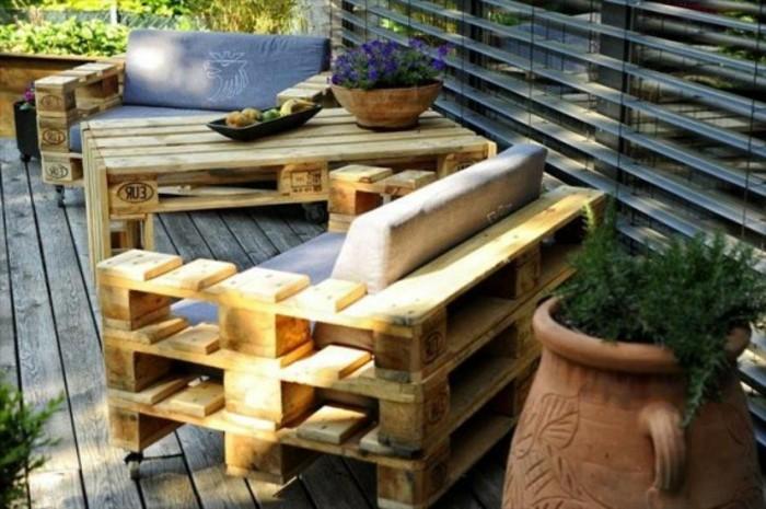 kreatives-modell-sofa-aus-europaletten-im-garten-schöne-möbel