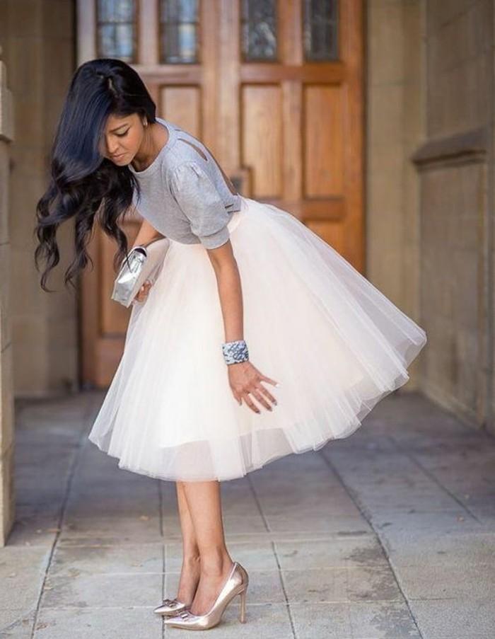 kreatives-modell-weißes-kleid-und-moderne-bluse
