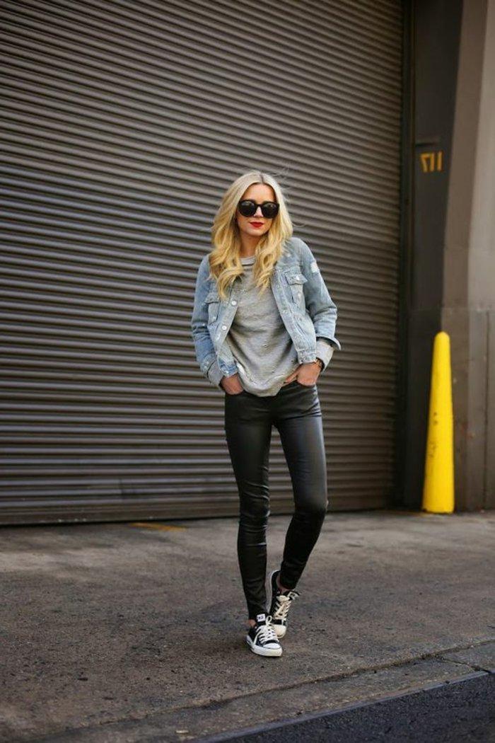 kurze-Jeansjacke-Leder-Leggings-sportliche-Schuhe