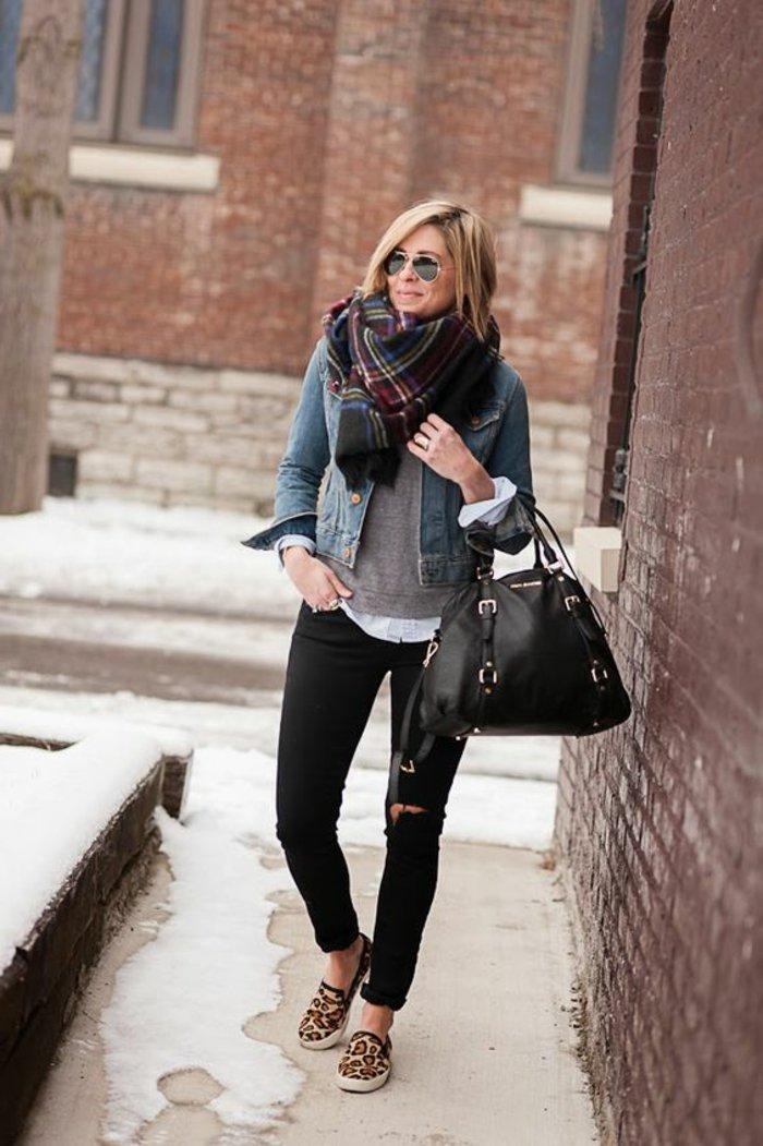 kurze-Jeansjacke-Schal-mit-kariertem-Muster-schwarze-Slim-Jeans-attraktive-Schuhe