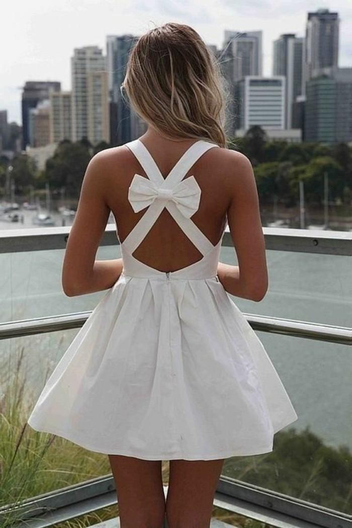 kurze-attraktive-tolle-kleider-in-weiß-mit-schleife-auf-dem-rücken