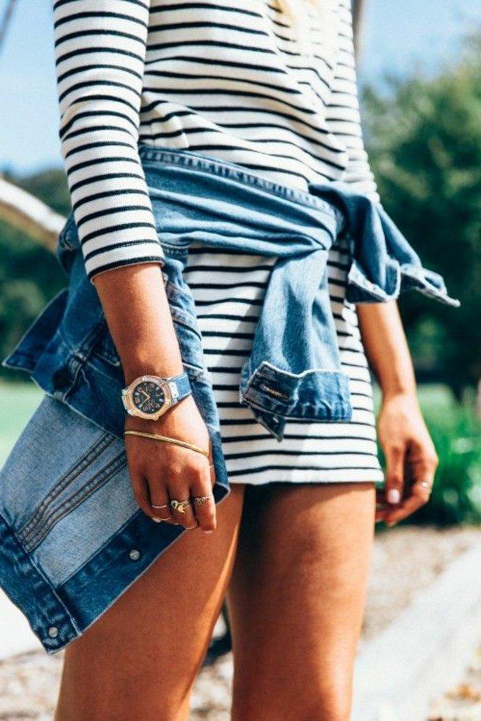 kurzes-gestreiftes-Kleid-klassische-Jeansjacke