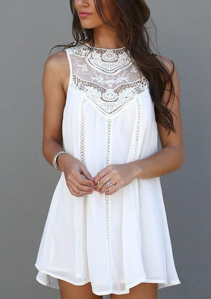 kurzes-interessantes-weißes-kleid-attraktives-aussehen