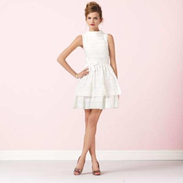 kurzes-schickes-weißes-kleid-rosiger-hintergrund-modernes-design