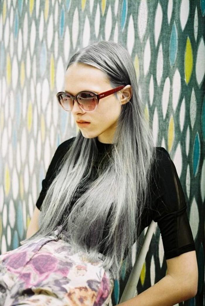 lange-graue-haare-glatt-und-schön-interessante-haarfarbe