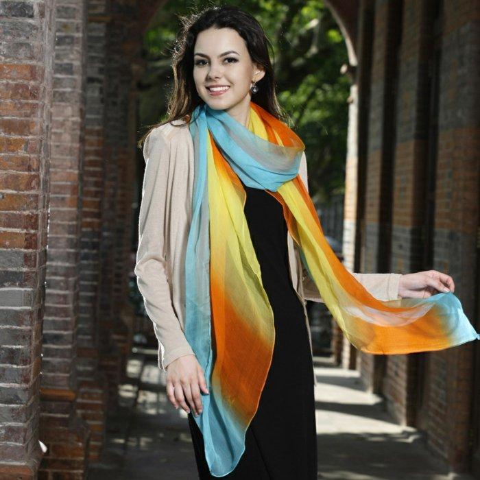 langes-lüftiges-Modell-Schal-mit-buntem-Muster
