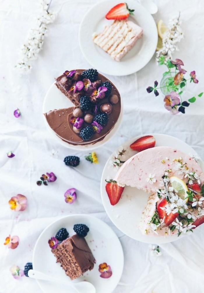 leckere-Geburtstagstorten-mit-Schokoladen-und-Erdbeeren-Glasur