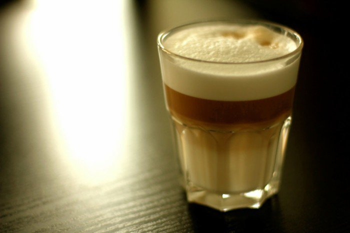 leckere-Latte-in-einfachem-Glas