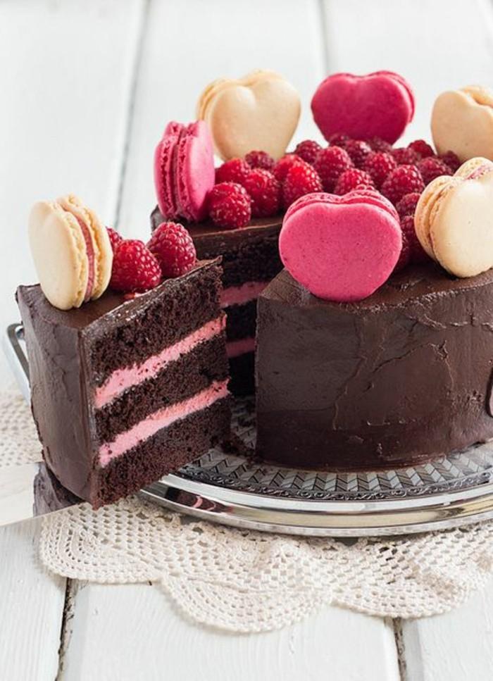 leckere-Schokoladentorte-mit-Macarons-und-Himbeeren