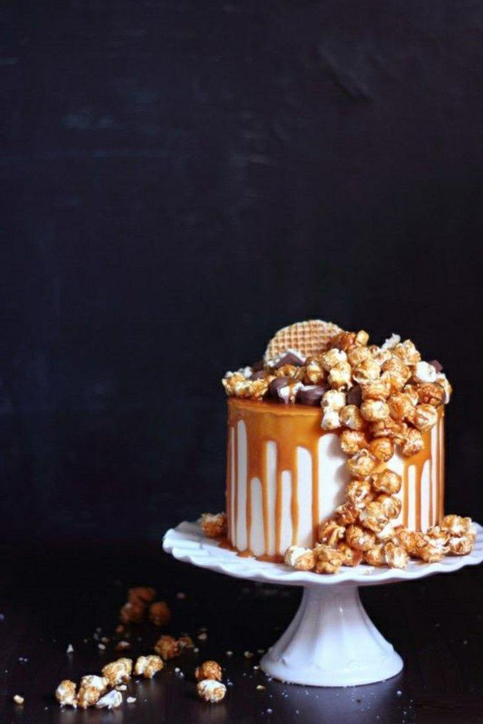 leckere-Torte-mit-Karamel-Glasur-und-Waffeln