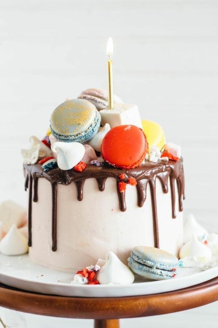leckerer-Kuchen-für-Kindergeburtstag-dekoriert-mit-Macarons