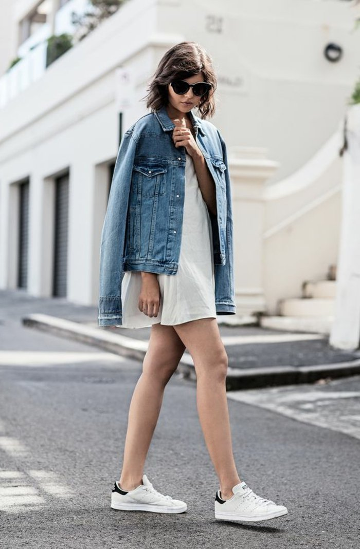legerer-Outfit-kurzes-weißes-Kleid-Jeansjacke-sportliche-Schuhe