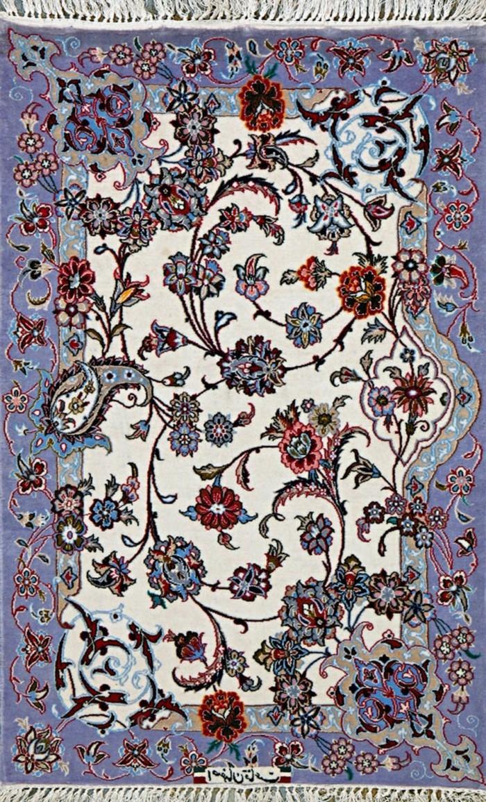 lila-perserteppich-mit-weißen-fransen