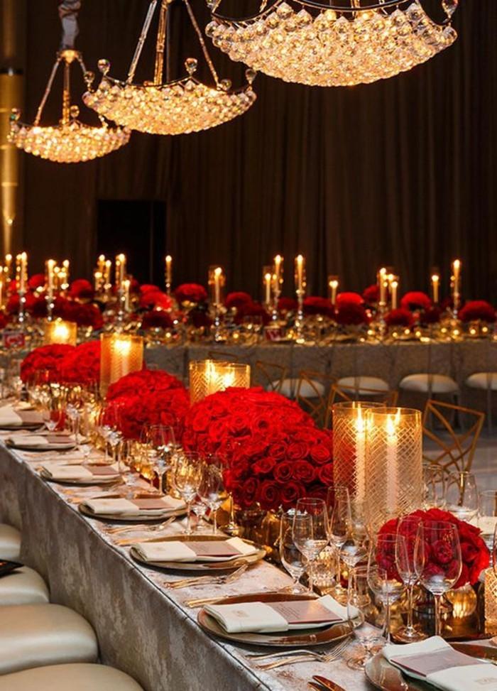 luxuriöse-Hochzeitstischdeko-mit-roten-Rosen-als-Akzent