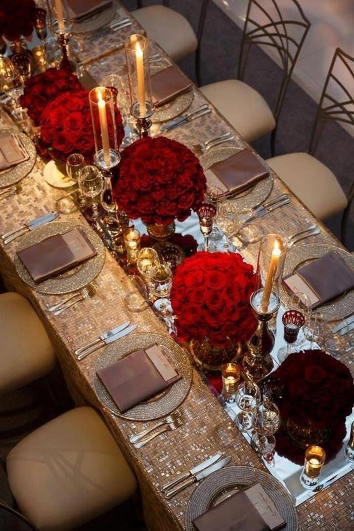 luxuriöse-Tischdeko-mit-glitzender-Tischdecke-und-roten-Rosen