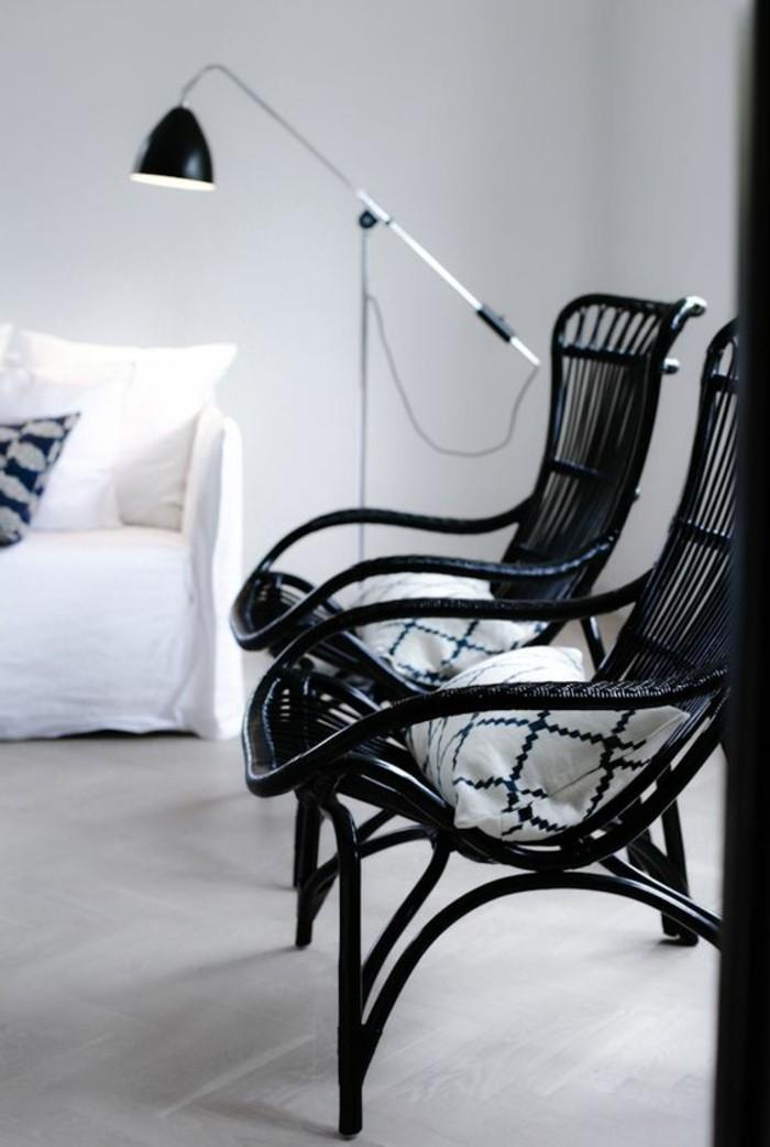 minimalistische-Einrichtung-moderne-schwarze-Rattanstühle