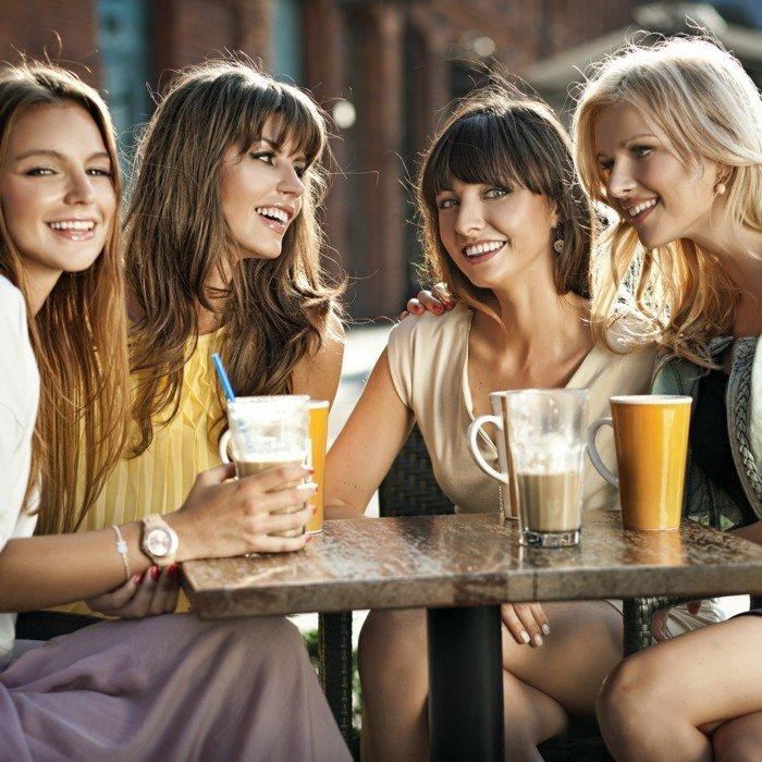 mit-Freundinnen-Latte-Macchiato-trinken