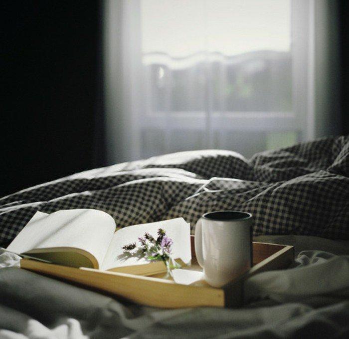 mit-einer-Tasse-Kaffee-oder-Latte-Buch-lesen