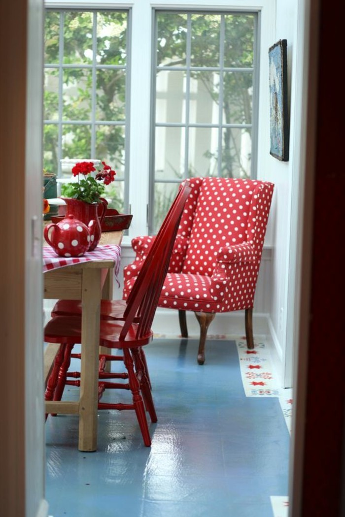 moderne-Küchen-Einrichtung-in-Rot-mit-Polka-Dots-Muster