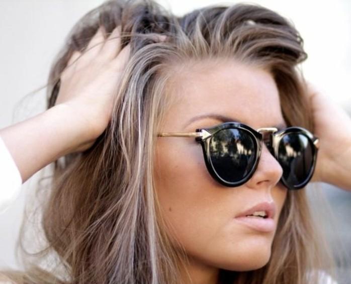 moderne-frau-mit-brillen-kühle-haarfarben-zwischen-braun-und-gold
