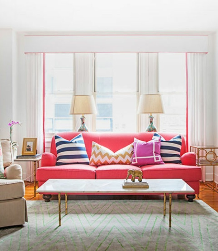 moderne-frische-wohnzimmer-wandgestaltung-große-fenster-weiße-jalousien