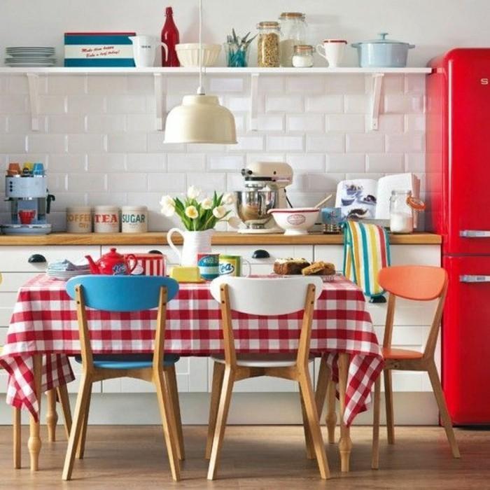 moderne-gemütliche-Küche-karierte-Tischdecke-Tischdekoration-Ideen-in-Rot