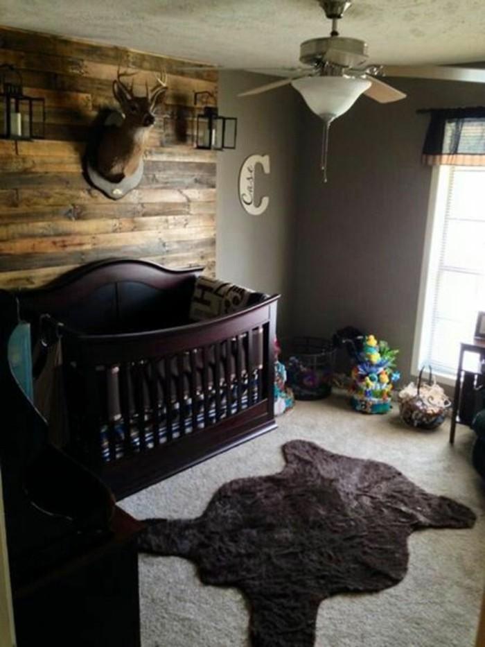 moderne-und-schicke-babybetten-aus-dunklem-holz