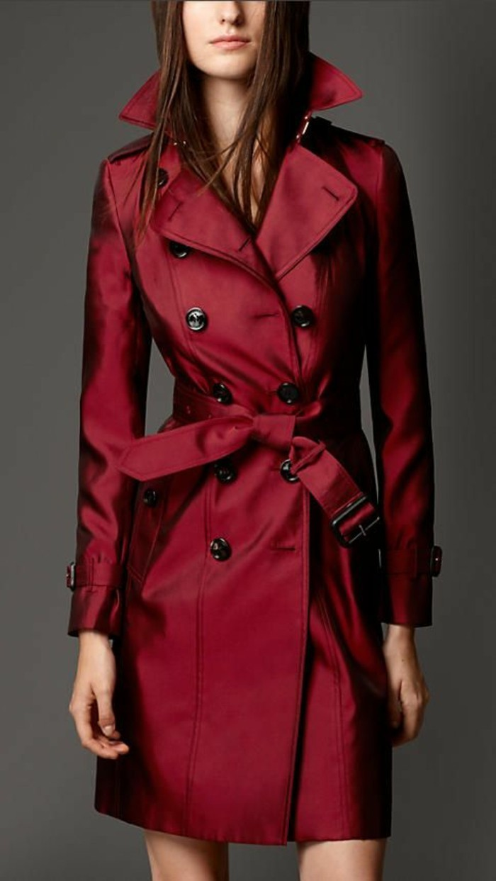 modernes-Modell-Burberry-Trench-Coat-in-weinroter-Farbe
