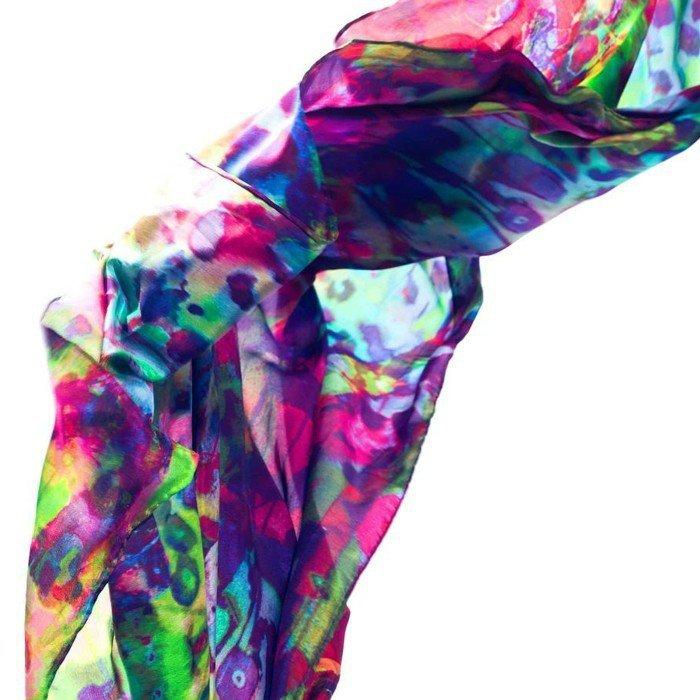 modischer-Designer-Schal-effektvolle-Farbkombination
