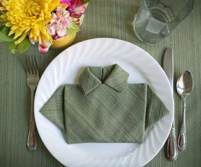 originelle-Idee-Serviette-gefaltet-wie-männliche-Bluse