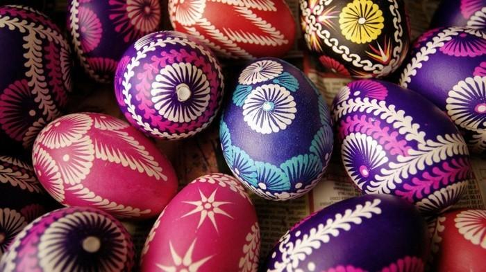 ostern-wallpaper-mit-Blumen-gemusterten-Eiern