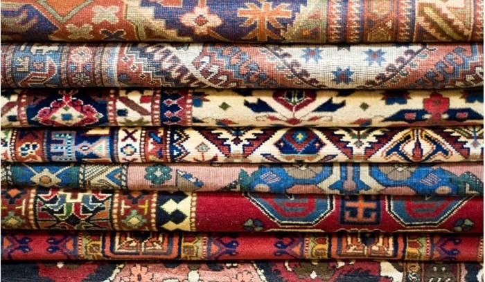 persiche-teppiche-aufeinander-zusammengerollt-gelegt