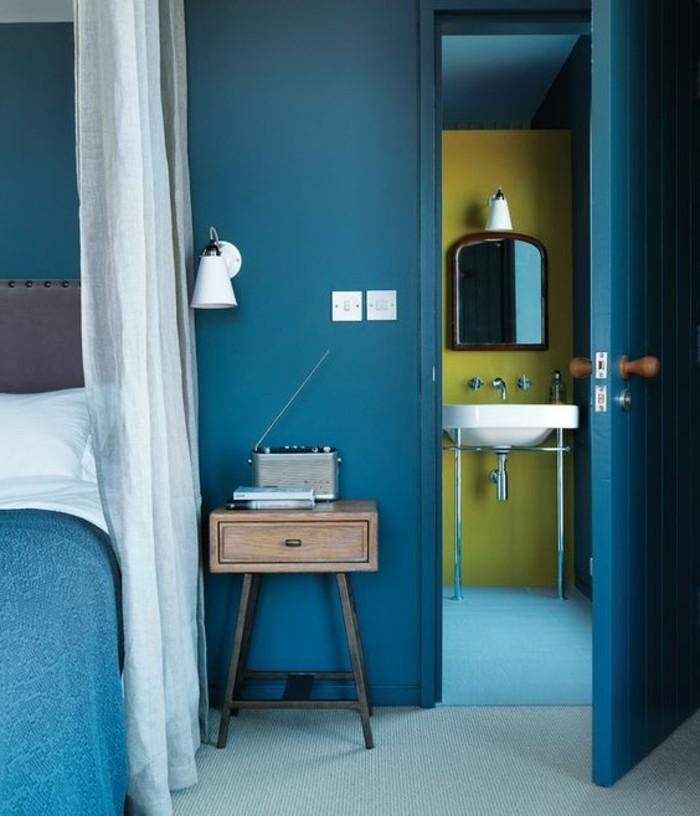 wohnzimmer ideen petrol:petrol-wandfarbe-im-wunderschönen-schlafzimmer-mit-weißen-gardinen