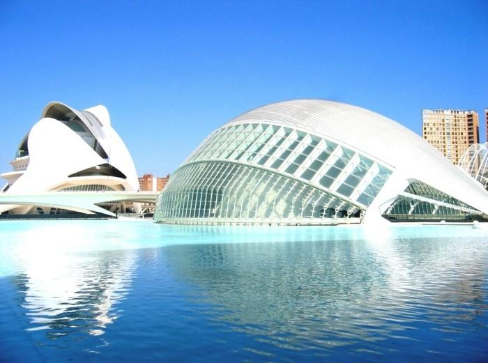 postmoderne-architecktur-ein-rundes-gebäude-im-wasser