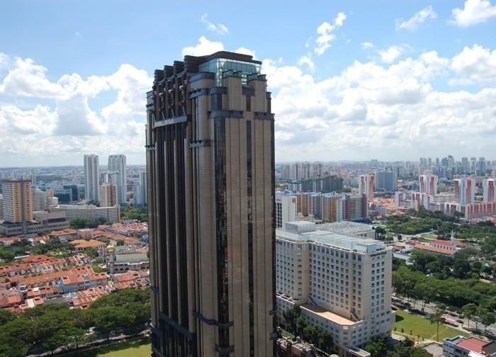 postmoderne-architektur-ein-wolkenkratzer-mit-Dekoration