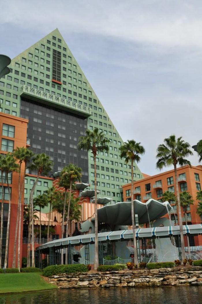 postmoderne-architektur-eine-grüne-Pyramide
