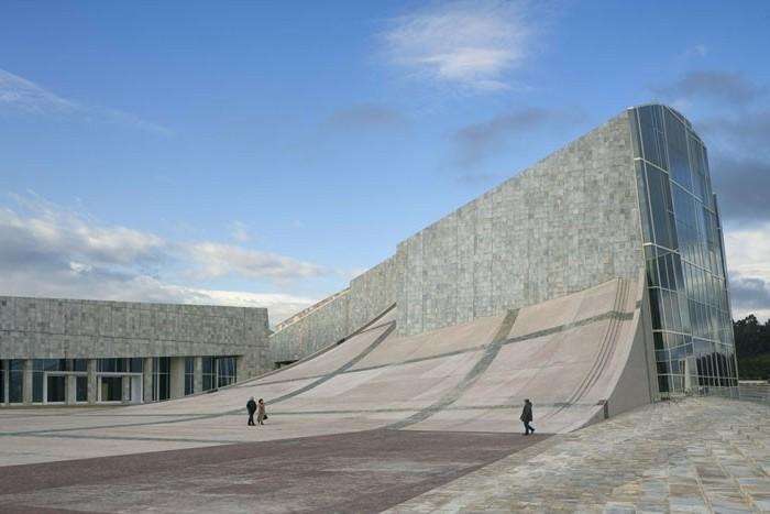 postmoderne-architektur-merkmale-ein-gebäude-mit-mosaik
