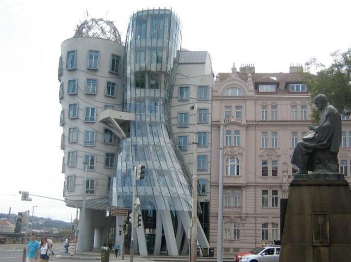 postmoderne-architektur-merkmale-ein-wie-eine-Frau-aussehende-Gebäude