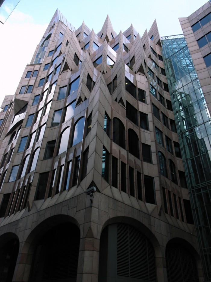 postmoderne-architektur-merkmale-scharfen-spitzen