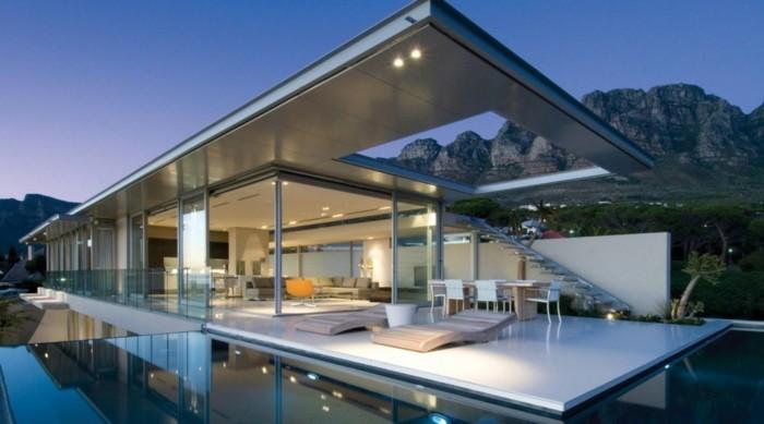 postmoderne-architektur-mit-einem-glasdach