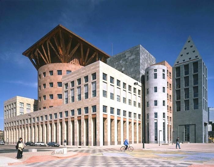 postmoderne-architektur-mit-typischer-Mischung-aus-Formen