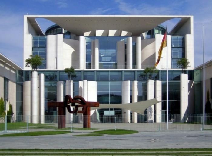 postmoderne-architektur-weißes-gebäude-in-berlin